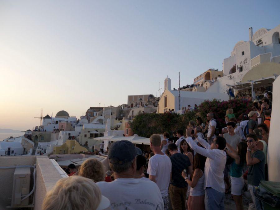 Santorini Sonnenuntergang in Oia mit Touristen