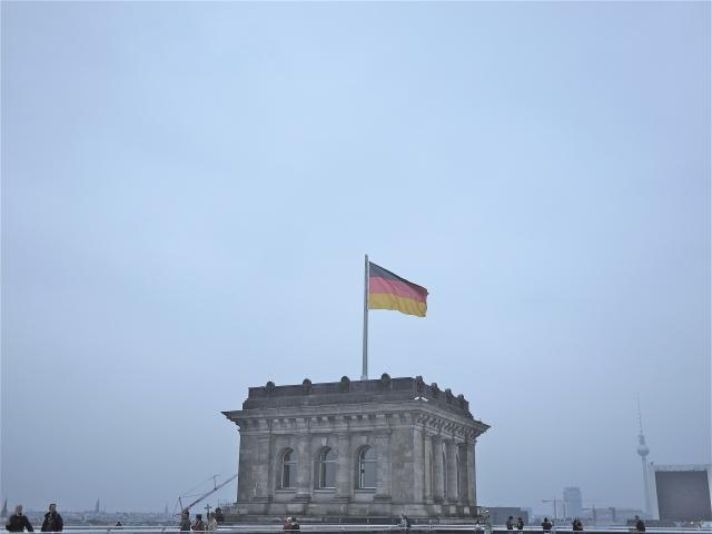 Berlin im Dämmerlicht auf der Dachterrasse des ReichstagsgebäudesBerlin im Dämmerlicht auf der Dachterrasse des ReichstagsgebäudesBerlin im Dämmerlicht auf der Dachterrasse des Reichstagsgebäudes