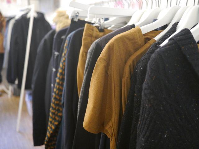 Stylische Klamotten in Herbstfarben bei Frau Hansen