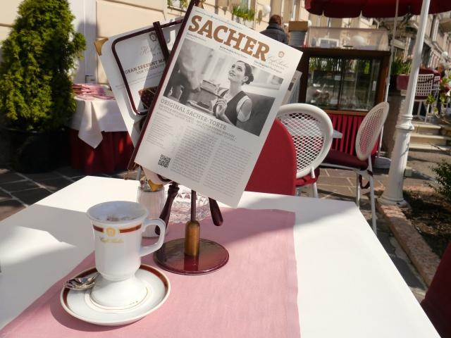 heiße Schokolade im Café Sacher