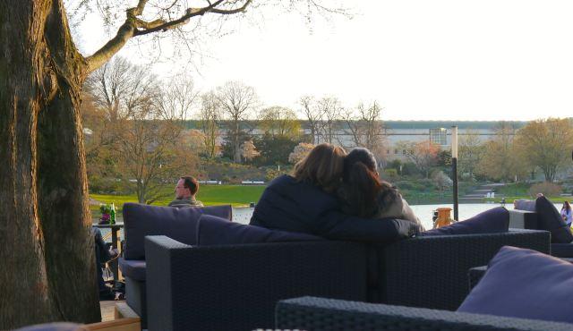 Paar im Planten un Blomen Café Seepavillon